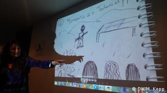 Feedback aus der Workshop-Gruppe: Eine Teilnehmerin stellt ihr Filmprojekt vor. (Foto: Matthias Kopp/ DW Akademie).