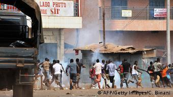Des manifestants fuyant les gaz lacrymogènes de la police à Conakry.