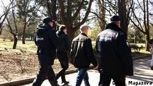 Proukrainische Aktion in Simferopol auf der Krim am 9.März 2015 - Polizei verhaftet einen Aktivisten Bild: DW/Anastasia Magazova