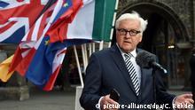 Bundesaußenminister Frank-Walter Steinmeier (SPD) gibt am 14.04.2015 auf dem Rathausmarkt in Lübeck ein Statement ab. Im Europäischen Hansemuseum in Lübeck findet am 14. und 15. April 2015 das Treffen der Außenminister der G7-Staaten statt. Foto: Carsten Rehder/dpa +++(c) dpa - Bildfunk+++
