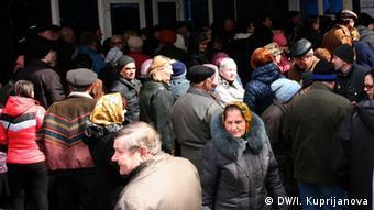 Пенсионеры в Донецке ожидают своей очереди для получения пособия