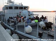 Беженцы на корабле береговой охраны Италии (фото из архива)