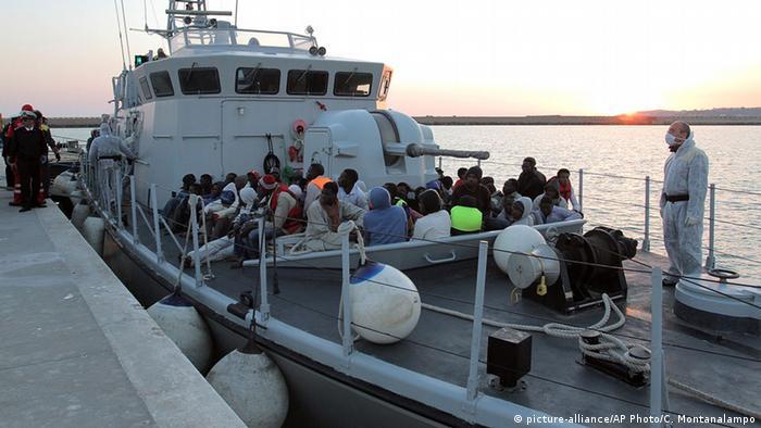 Migrants arrive at the Sicilian Porto Empedocle harbor, Italy (photo: AP Photo/Calogero Montanalampo)