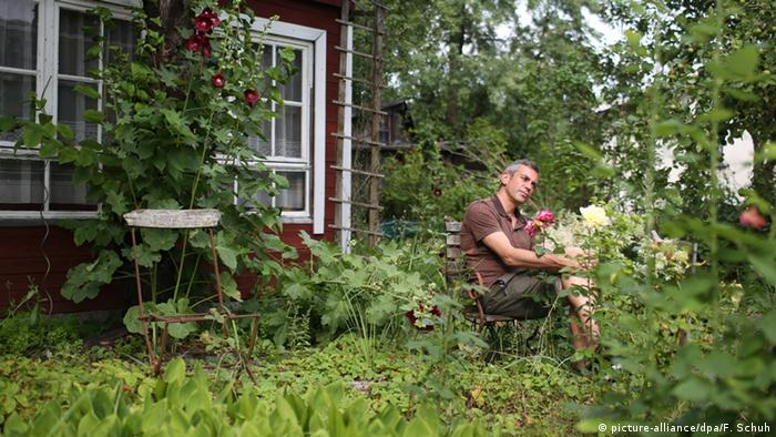 Russian author Wladimir Kaminer in his garden (picture-alliance/dpa/F. Schuh)