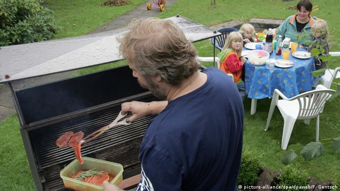 Barbecue with family at the table (picture-alliance/dpa/dpaweb/F. Gentsch)