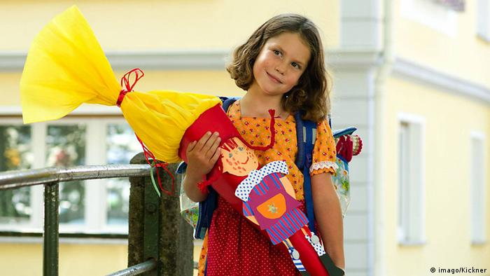 Girl on her first day of school holding a cone of candy (imago/Kickner)