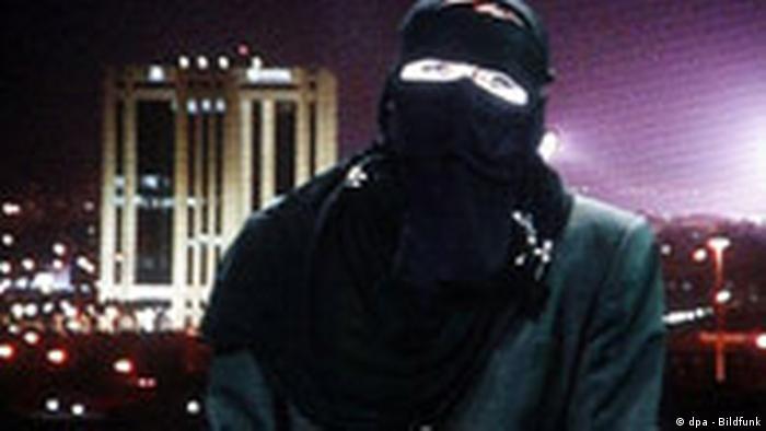 Die vor gut einer Woche aus der Geiselhaft entlassene Deutsche Susanne Osthoff sitzt am Dienstag (27.12.2005) verschleiert in einem Studio des arabischen Nachrichtensenders Al-Dschasira in Doha auf diesem vom ZDF-Monitor in Mainz abfotografierten Bild. Die 43-jährige Archäologin äußerte sich in einem Interview für das ZDF heute-journal. Foto: Frank Rumpenhorst dpa/lrs +++(c) dpa - Bildfunk+++