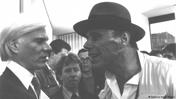 Joseph Beuys (right) and Andy Warhol in Hans Mayer's art gallery, Copyright: Galerie Hans Mayer