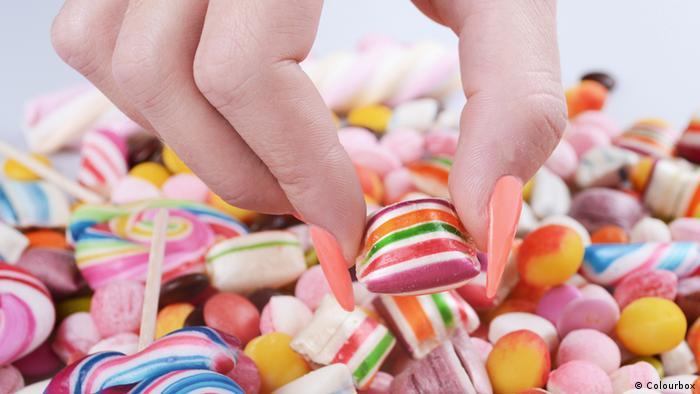 Bildergalerie Zucker Hand greift Süsses