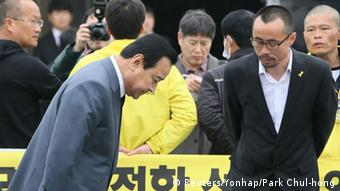 South Korean Prime Minister Lee Wan-koo (L) bows to a relative (R) of a victim onboard sunken ferry Sewol, at the official memorial altar for the victims in Ansan on the occasion of the first anniversary of the ferry disaster that killed more than 300 passengers, April 16, 2015 (Photo: REUTERS/Park Chul-hong/Yonhap)