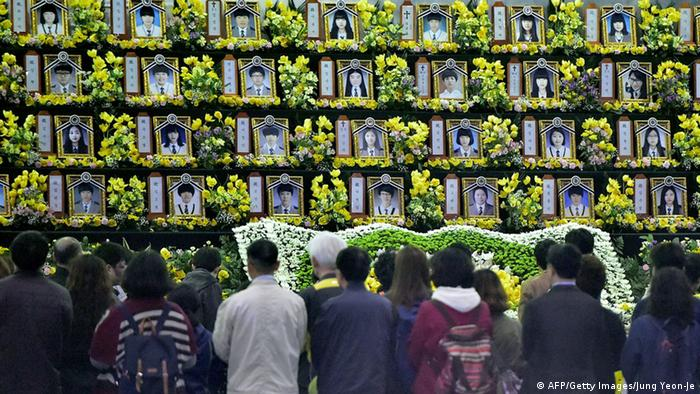 People pay a tribute at a group memorial altar for the victims of the sunken South Korean ferry Sewol at a remembrance hall in Ansan on April 16, 2015 (Photo: JUNG YEON-JE/AFP/Getty Images)