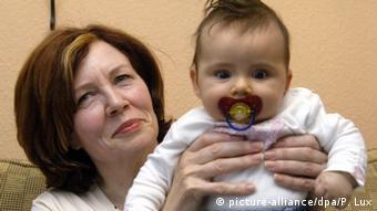 Berlinčanka Annegret Raunigk sa svojim 13. djetetom (fotografija iz 2005.)
