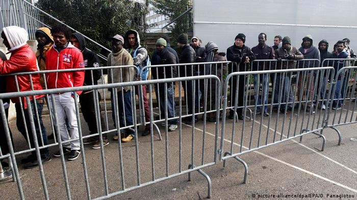 Refugees from Syria and other conflict areas wait in line in the Asylum Department in Athens, Greece, 08 January 2015 (Photo: EPA/ORESTIS PANAGIOTOU +++(c) dpa - Bildfunk+++)