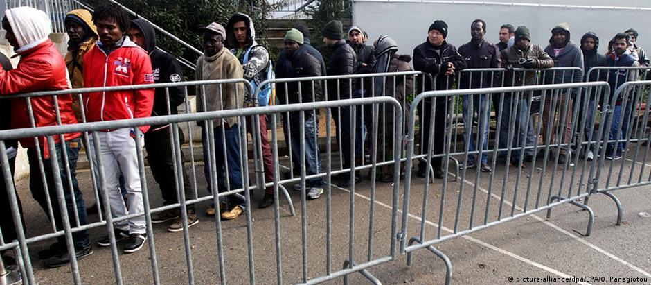 Refugiados na fila para o registro de pedidos de asilo em Atenas