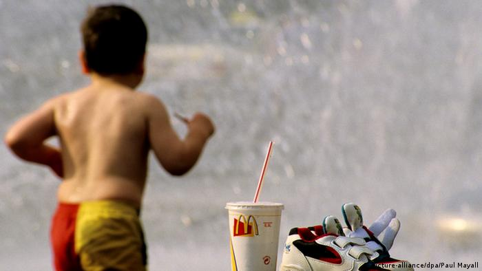 Kinder und Fast Food (picture-alliance/dpa/Paul Mayall)