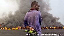 18.1.2002 *** Einen glühenden Lavastrom beobachtet ein Einwohner Gomas am 18.1.2002. Nach Zerstörungen in der ostkongolesischen Stadt Goma durch den verheerenden Ausbruch des Vulkans Nyiragongo, bedrohen auch zwei Lavaströme die ruandische Grenzstadt Gisenyi. Augenzeugen berichteten, die Lava bewege sich auf den Ort zu. Dort haben bereits Hunderttausende Vulkan-Opfer aus Goma Zuflucht gesucht. Das UN-Welternährungsprogramm hat mit der Lebensmittel- und Wasserversorgung begonnen, sagte ein Sprecher. Helfer befürchten den Ausbruch von Cholera unter den rund 400000 Flüchtlingen.