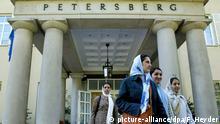 Eine Gruppe von afghanischen Studentinnen verlässt am Mittwoch (08.09.2004) das Hotel Petersberg bei Bonn nach einem Besuch. Nach der ersten Häfte ihres Deutschlandbesuchs haben die afghanischen Sommerkurs-Teilnehmer eine positive Zwischenbilanz gezogen. Seit Anfang August nehmen 15 Germanistik-Studenten der Universität Kabul auf Einladung des Deutschen Akademischen Austausch Dienstes (DAAD) an einem achtwöchigen Deutschkurs teil. Foto: Felix Heyder dpa/lnw (zu lnw 7411)