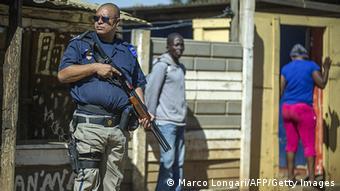 Südafrika Fremdenfeindliche Ausschreitungen . AFP PHOTO / MUJAHID SAFODIEN