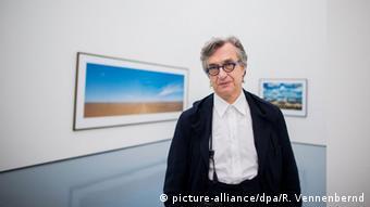 Wim Wenders vor Bildern im Düsseldorfer Museum Kunstpalast (Foto: picture alliance/dpa/R. Vennenbernd)