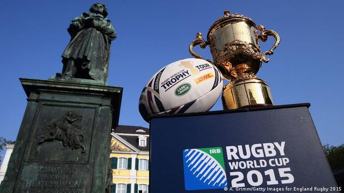 Rugby World Cup Trophy Tour an der Beethoven-Statue in Bonn