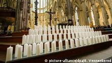 150 Kerzen - 149 für die Opfer und eine für den Piloten - stehen am 16.04.2015 auf einer Treppe vor dem Altar im Dom in Köln (Nordrhein-Westfalen). Am 17.04.2015 findet hier der Trauergottesdienst für die Opfer des Absturzes des Germanwings-Airbusses in Frankreich statt. Foto: Rolf Vennenbernd/dpa
