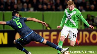 Kevin De Bruyne tackles Napoli's Miguel Britos
