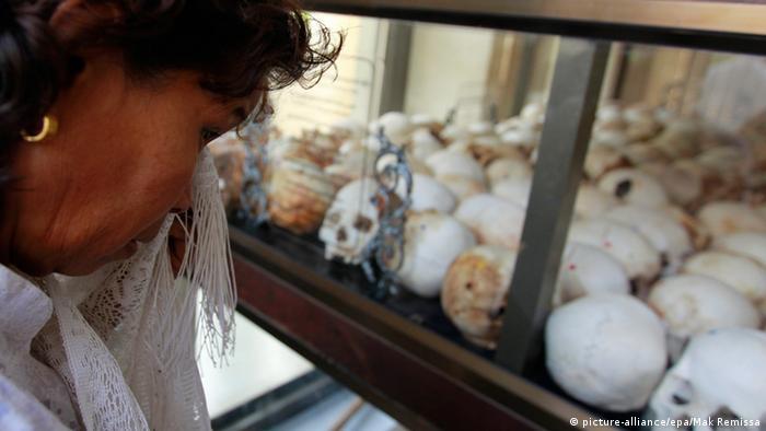 Kambodschanerin weint um die Opfer der Roten Khmer (Foto: picture-alliance/epa)