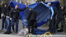 epa04707167 Ukrainian experts inspect body of killed journalist Oles Buzina in Kiev, Ukraine, 16 April 2015. Former 'Sevodnya' daily newspaper chief editor Oles Buzina was shot by two gunmen near of his home at Thursday as Interior Ministry officials said. The journalist and writer Oles Buzina was known his pro-Russian position and supporting of Antimaydan, which was organized by former President Yanukovych supporters during Euromaydan movement one year ago. EPA/VLADISLAV MUSIENKO/UNIAN (zu dpa Prominenter Publizist in Kiew getötet - Putin kritisiert Mordserie vom 16.04.2015)