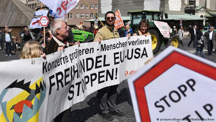 TTIP Protest Augsburg (picture-alliance/dpa/Stefan Puchner)