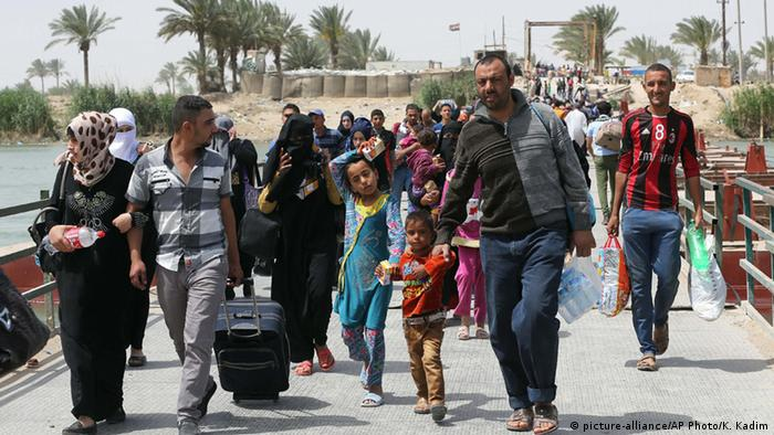 Displaced people from Ramadi cross Bzabz bridge 65 km west of Baghdad, Iraq, Saturday, April 18, 2015 (AP Photo/Karim Kadim)