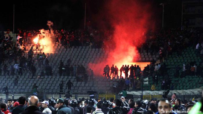 Ägypten Kairo Fußball Al-Ahly vs Al-Masry 70 Tote bei Auschreitungen Stadion 2012 (picture-alliance/AP Photo)