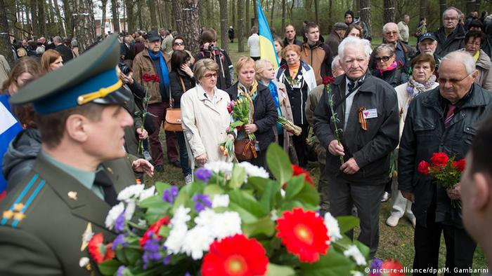 Guests attending Sachsenhausen's 70th liberation ceremony (picture-alliance/dpa/M. Gambarini)