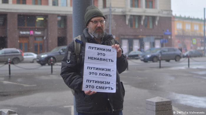 Oppositionsanhänger protestieren in Moskau mit Mahnwachen