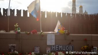 Оппозиционеры возложили цветы на месте убийства Бориса Немцова.