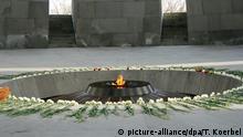 14.03.2015 * Blick auf die Genozid-Gedenkstätte in Eriwan (Armenien), aufgenommen am 14.03.2015. Trauermusik begleitet Besucher über die gut 150 Meter lange, karge Plattform. In einem Steinkreis aus zwölf massiven Stelen brennt eine ewige Flamme. Am 24. April begehen die Armenier den 100. Jahrestag der Massaker an ihren Vorfahren. Foto: Thomas Koerbel/dpa (zu dpa Gedenken an «Völkermord» an Armeniern prägt Kaukasusnation vom 17.04.2015)