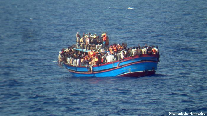 Ein Flüchtlingsboot im Mittelmeer, 30.06.2014 (Foto: Italienische Marine / dpa)