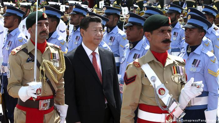 Chinese President Xi Jinping (C) attends a welcoming ceremony held by Pakistani President Mamnoon Hussain and Prime Minister Nawaz Sharif in Islamabad, capital of Pakistan, April 20, 2015