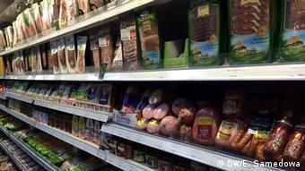 Товары на полках в московском супермаркете
