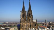 ARCHIV - Die Fassade des Doms in Köln (Nordrhein-Westfalen), fotografiert am 05.03.2013. Im Kölner Dom findet am Freitag die nationale Trauerfeier für die Opfer des Germanwings-Absturzes statt. Foto: Oliver Berg/dpa +++(c) dpa - Bildfunk+++