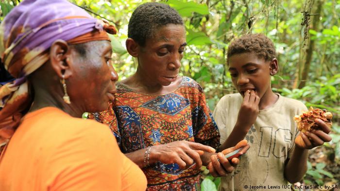 Photo: Women geotagging a wild fruit tree (Source: (Gbagbali) / Congo)