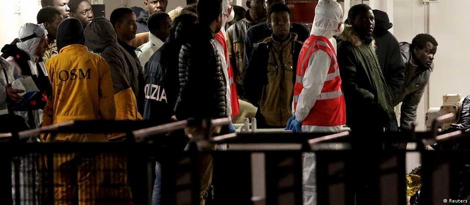 Chegada de 27 dos 28 sobreviventes na Catânia. Um dos ocupantes do barco foi hospitalizado