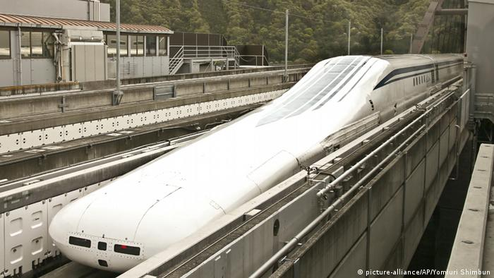 Japan's new cutting-edge maglev train (picture-alliance/AP/Yomiuri Shimbun)