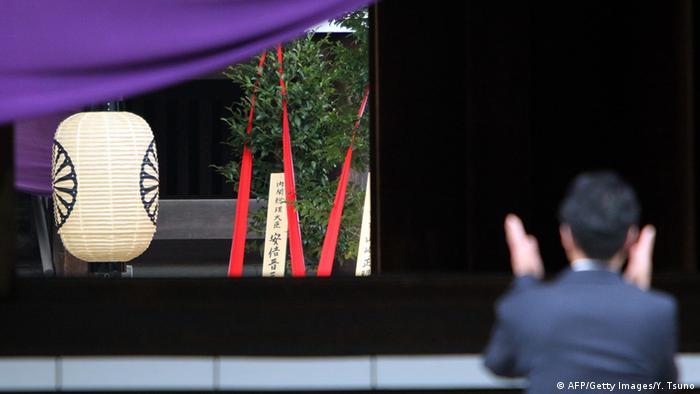 Japan Opfergaben von Premierminister Abe in Yasukuni Shrine
