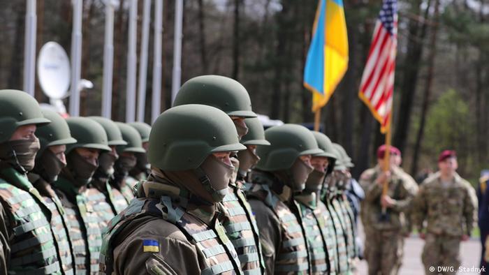 Украинские и американские солдаты на учениях на западной Украине