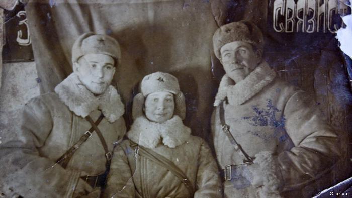 1942 год, Чингультуй, граница с Монголией: Полина и Николай (справа) с сослуживцем