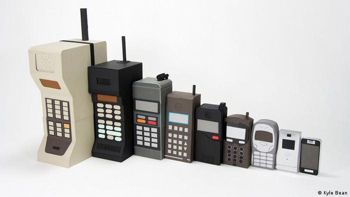 Mehrere Handys von groß bis klein nebeneinander Photographer: Kyle Bean