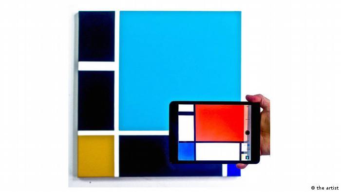 Ein Tablet zeigt ein Bild Piet Mondrians Titel: J. Robert Feld, Mondrian Inverted. The Viewer is not present