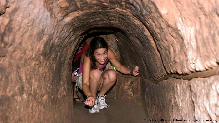 Девушка-турист в туннеле Кути
