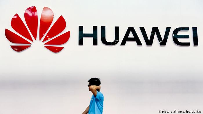Huawei-Logo in Guangzhou (picture-alliance/dpa/Liu Jiao)