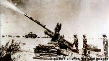 A British artillery piece in action, south of El Alamein, 1942. picture alliance/Heritage Images